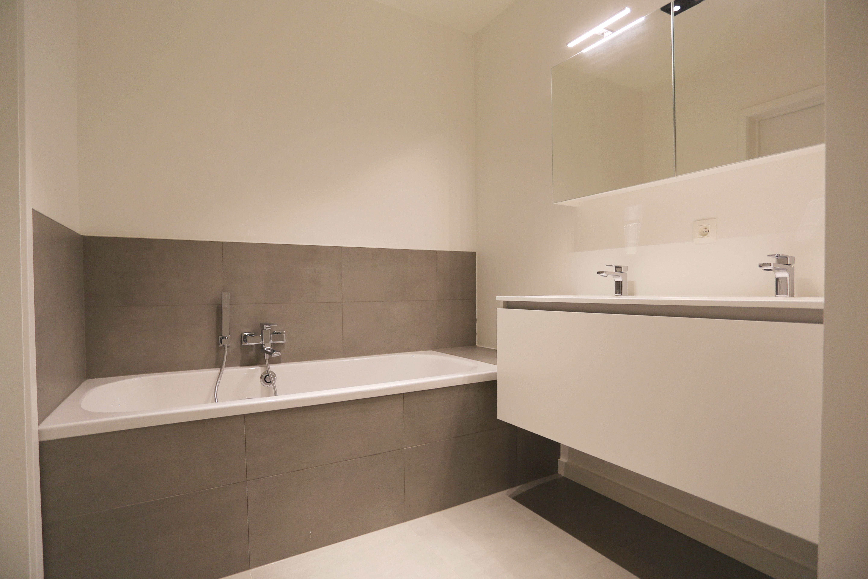 Badkamer betegeling bad - Tegelwerken Trogh